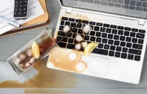 Ноутбук залили водой