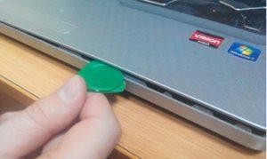 снятие крышки при чистке ноутбука